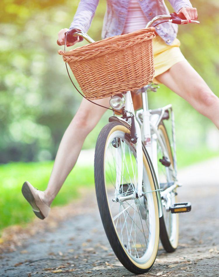 【女性向け】自転車通勤に適した服装は?汗や紫外線の対策法も解説!