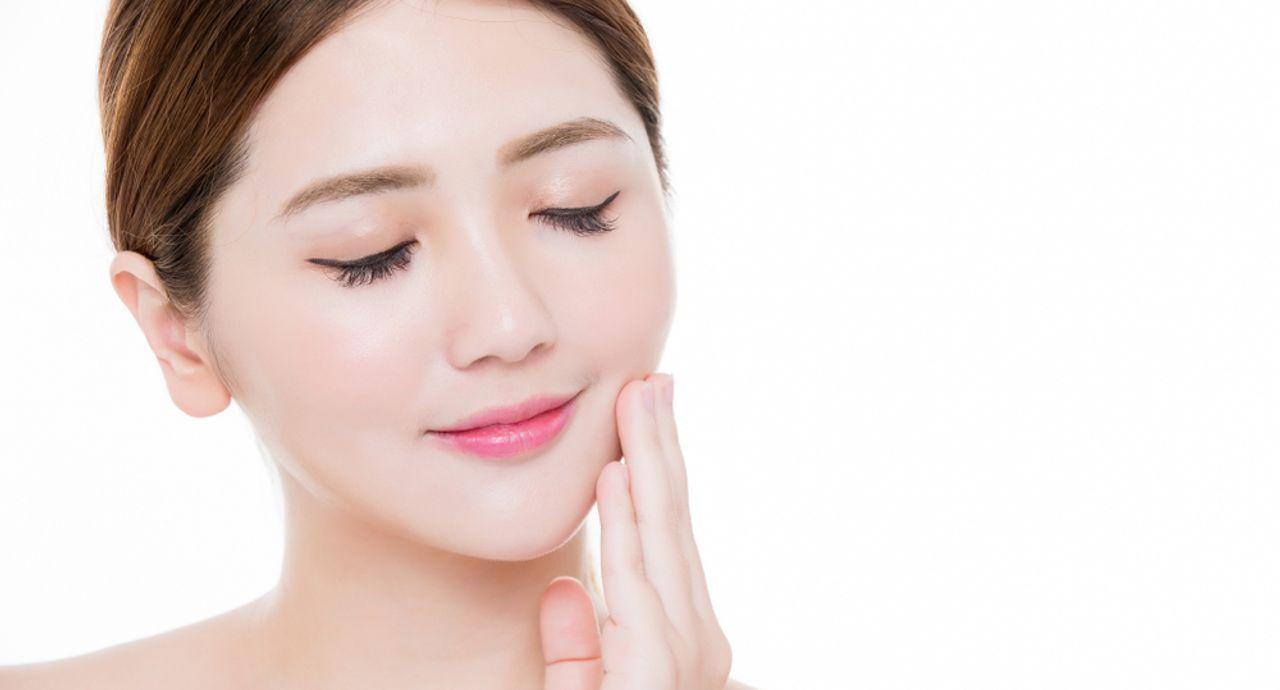 顔のテカリ対策とは?原因や予防法、気をつけたい食べ物について