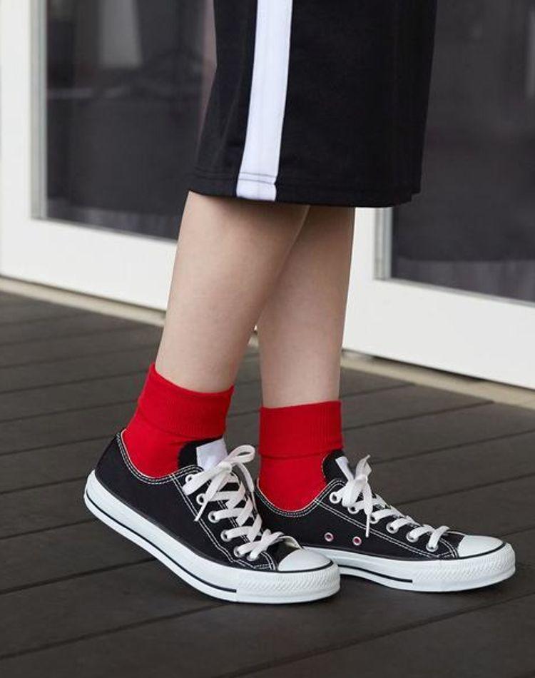 赤い靴下をいつものコーデに!おしゃれ女子の着こなし術は?