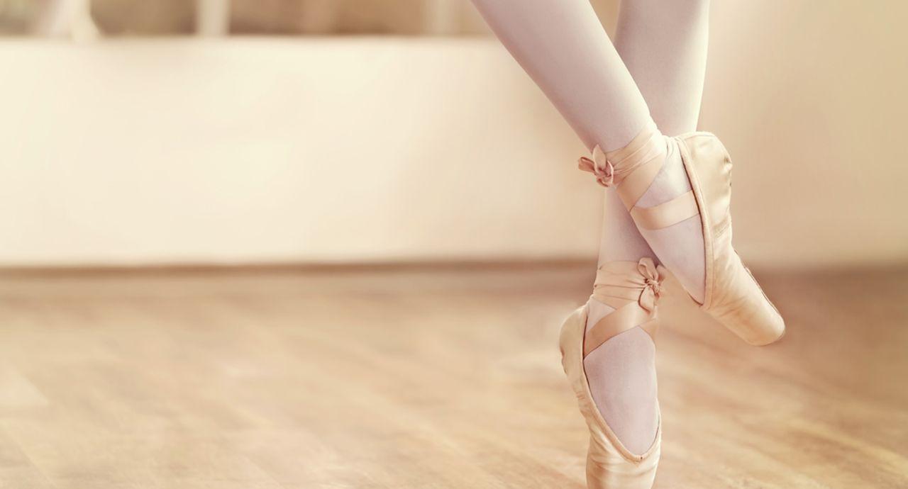 バレエの舞台メイクのやり方は?つけまつげや口紅のつけ方も教えます