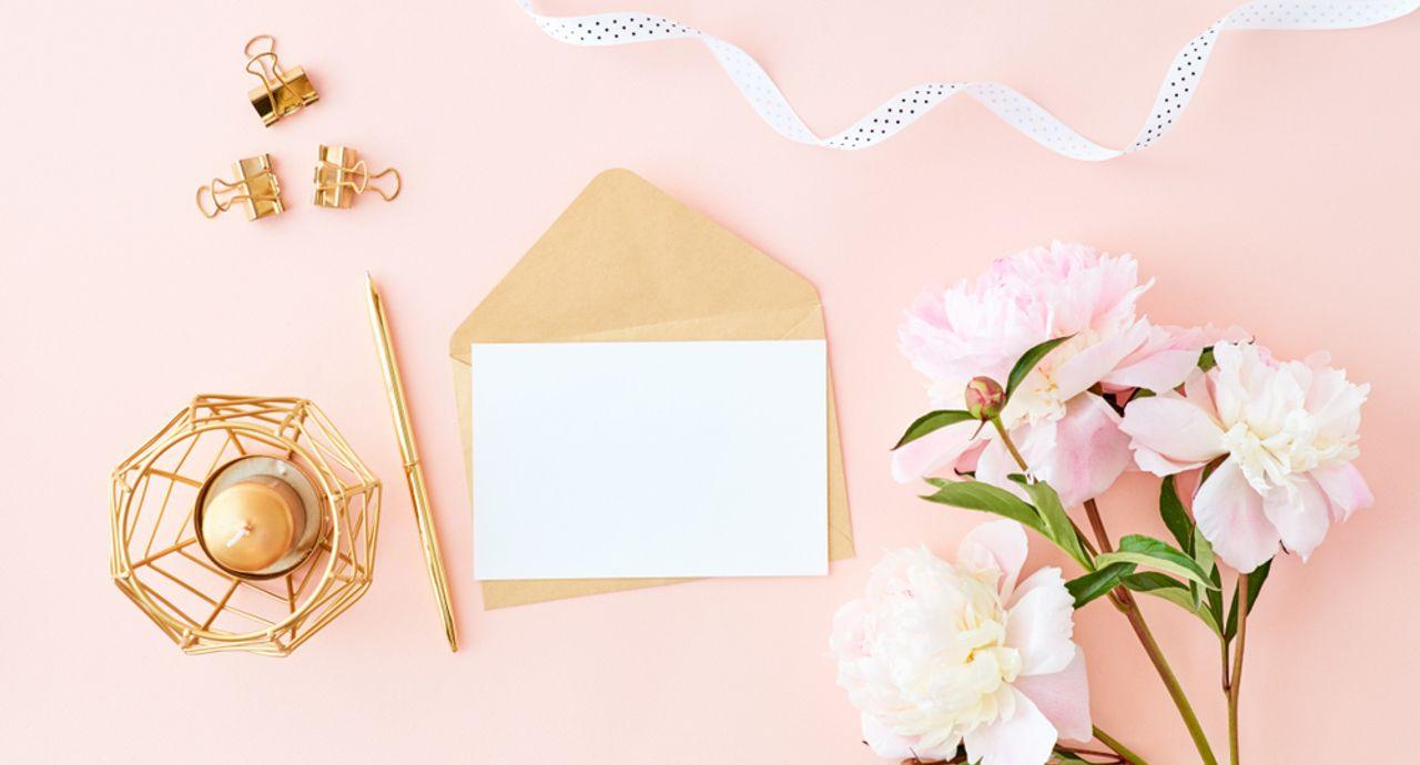 結婚式の招待状の返信の仕方は?連名の場合やコメントの例文もご紹介