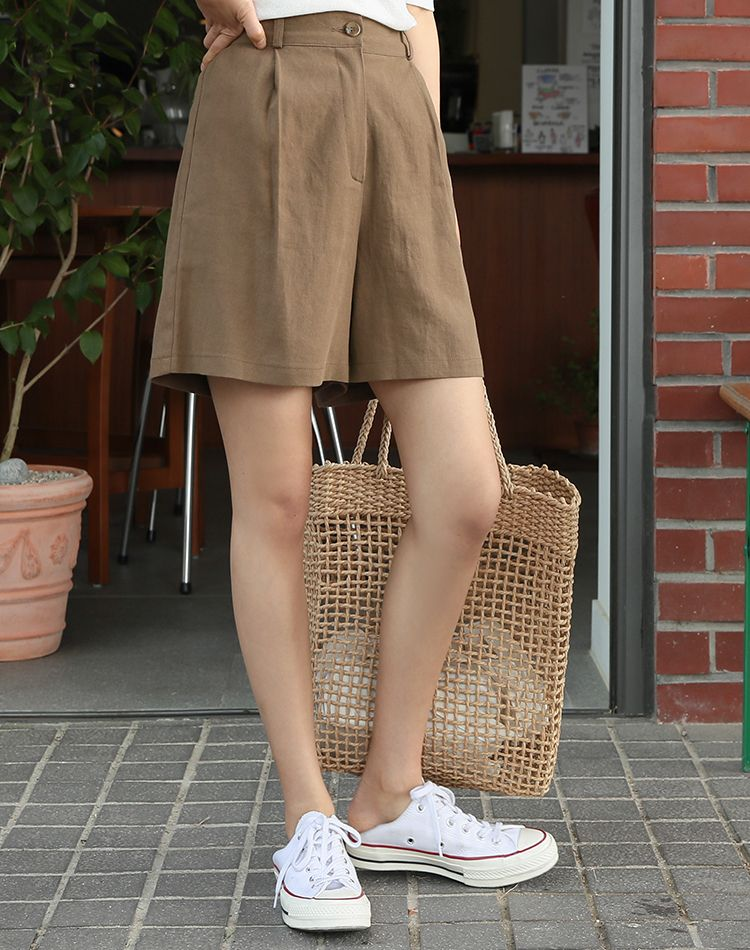 ショートパンツの大人見せは断然ブラウンで!年代別の着こなし方