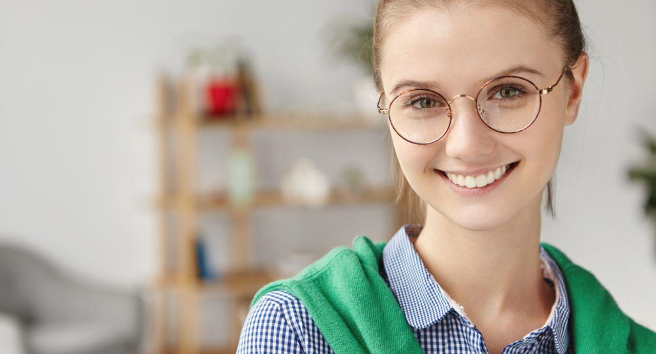 丸眼鏡の選び方をわかりやすく解説!似合う顔の輪郭やコーデのポイント