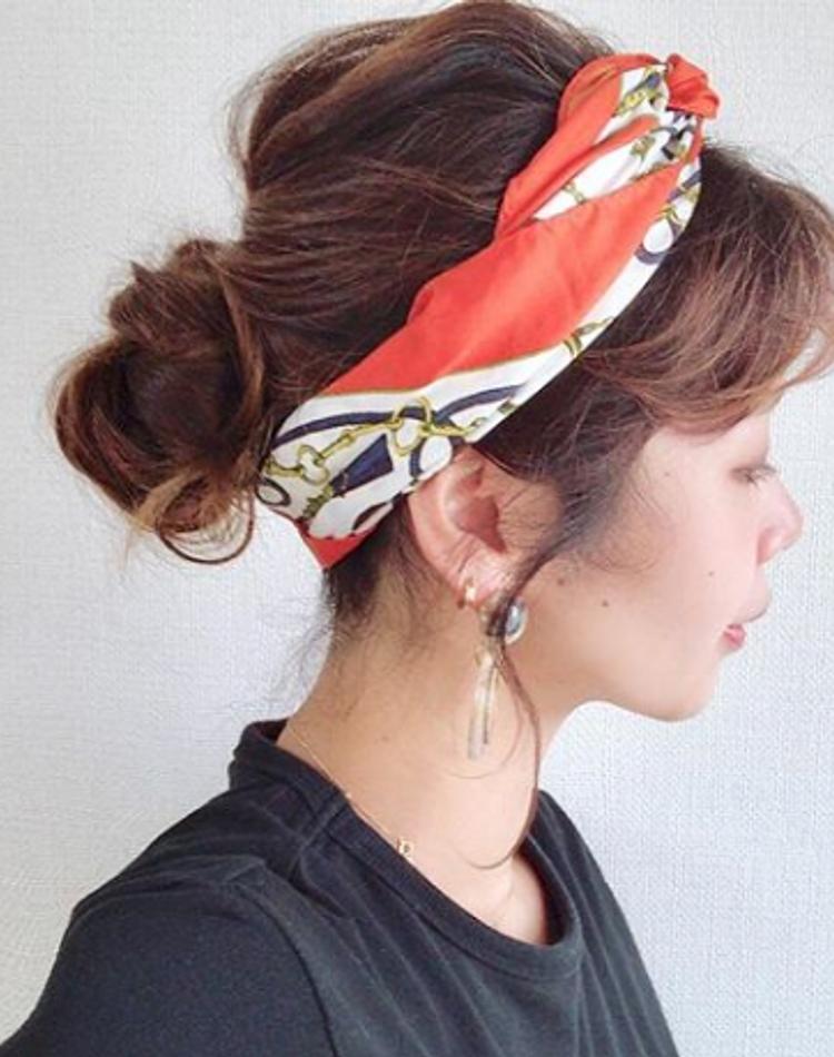 スカーフヘアアレンジは簡単!いつもの髪型をアップデート