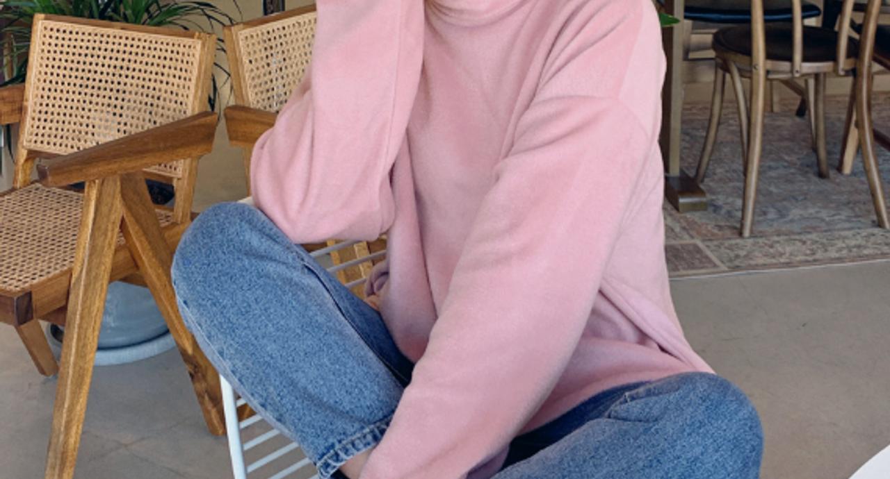 くすみピンクトップスコーデ9選!トレンドの着こなしをご紹介
