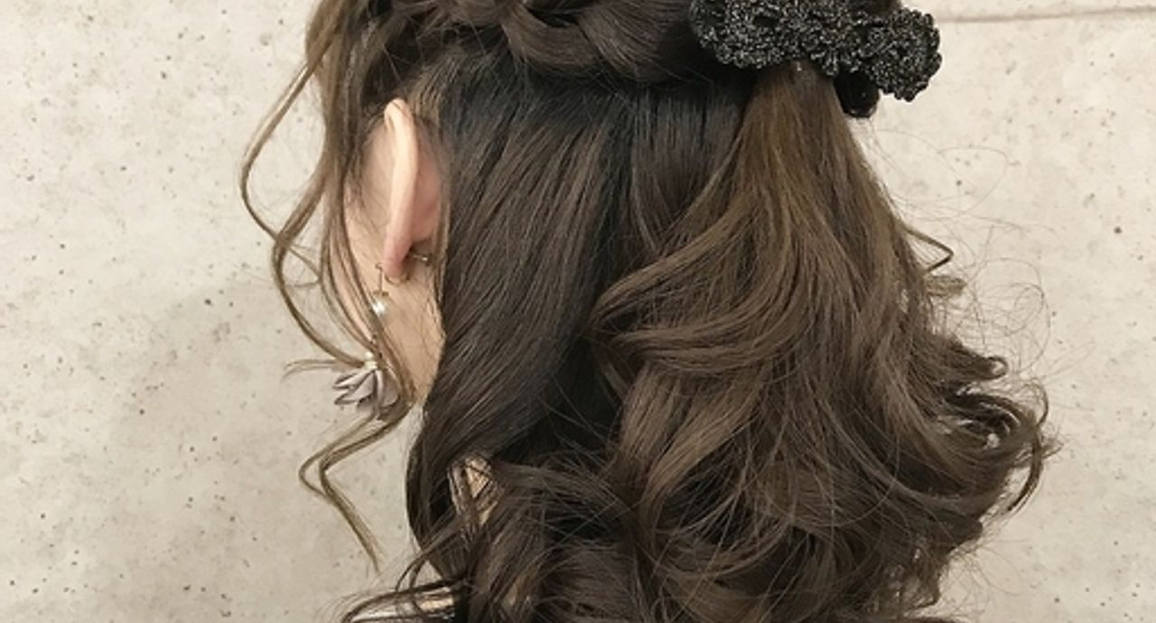 リボンヘアゴムの作り方やヘアアレンジ集。大人女子向けの髪型は?