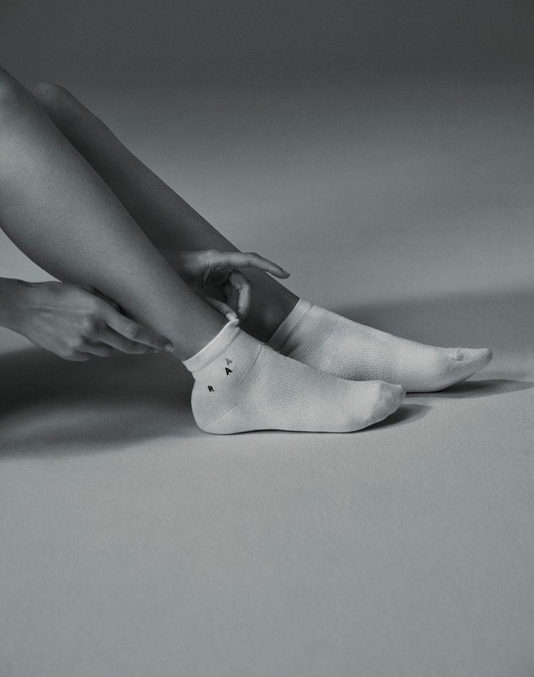 """履き心地、吸収性が最高!""""紙とシルクで編まれた世界初の靴下""""が新ブランド「AAR studio」からデビュー"""