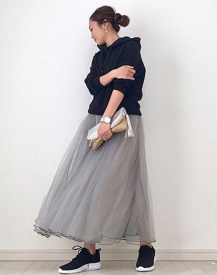 パーカー×スカートのコーデ術!スカートの種類や色別の着こなし