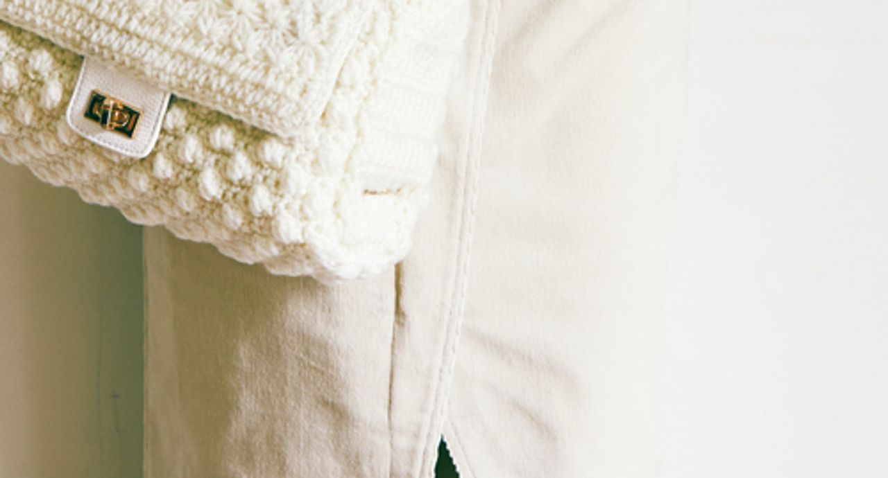 白のコーデュロイスカートを使った人気コーデ!長さや季節別にご紹介