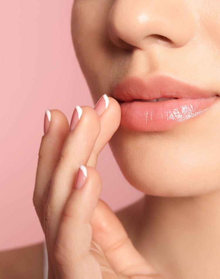 唇の血色が悪い原因とは?血色を良くするケア方法やアイテムをご紹介