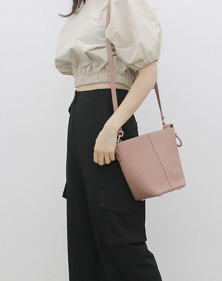 ピンクベージュのバッグをコーデに馴染ませて!幅広い使い方の極意