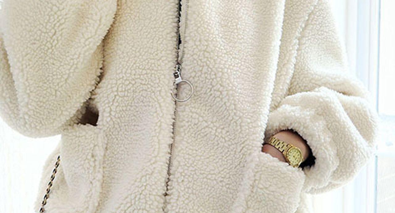 白のボアブルゾンを使ったおしゃれコーデ集!可愛さも暖かさも両立