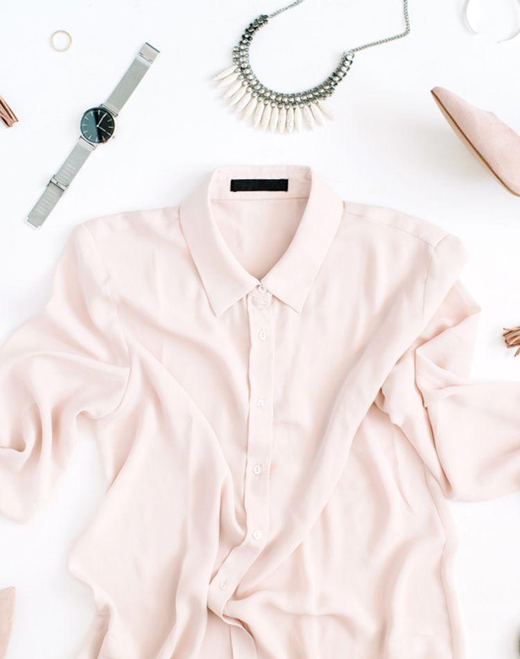 ブラウスとシャツの違いとは?それぞれの特徴や選び方、着こなしのポイントも