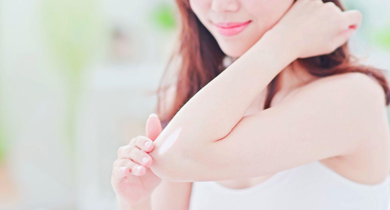 肘の黒ずみはなぜできるの?ケア方法や気をつけるべき生活習慣