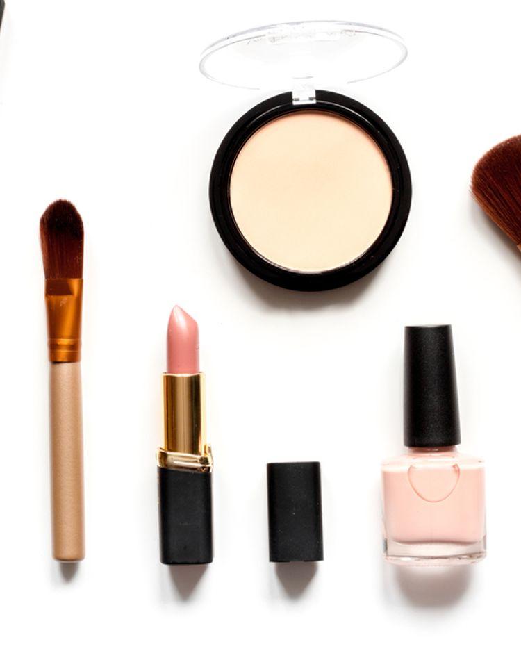 UVパウダーとは?特徴や使い方、化粧直しのテクニックについて