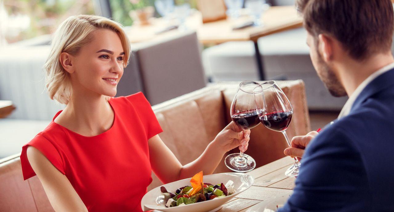 左利きのテーブルマナーをご紹介!料理別のルールや握手のマナーとは