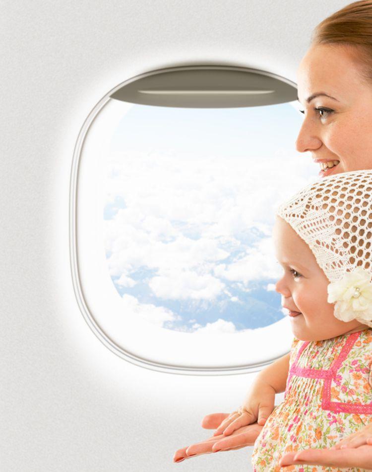 赤ちゃんは飛行機に何歳から乗れる?搭乗時の注意点や持ち物もご紹介
