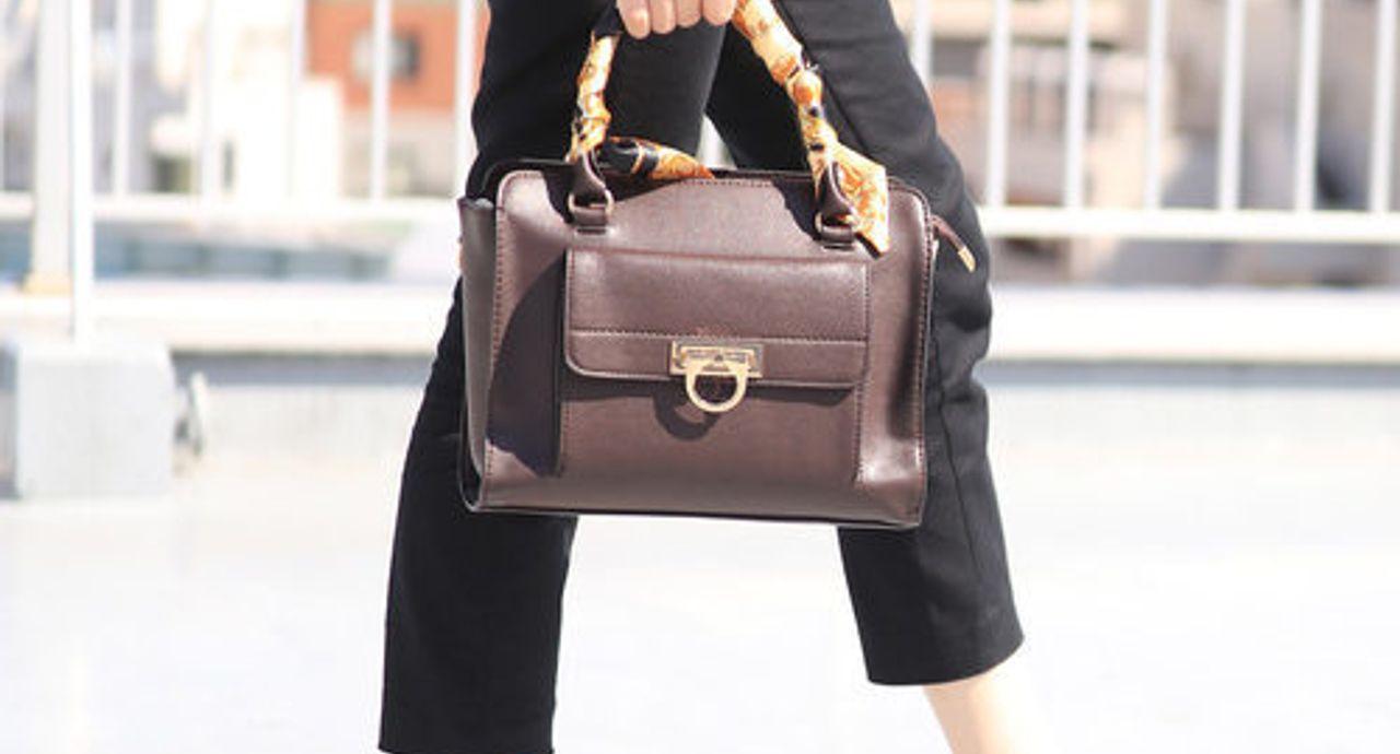 バッグにスカーフを巻いていつもと違う表情に!おすすめの巻き方