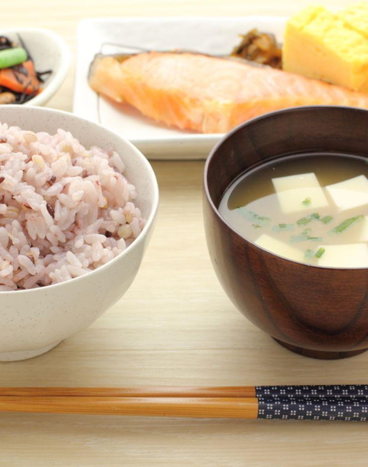 配膳のマナーをマスターしよう!ご飯やお味噌汁などの配膳位置とは