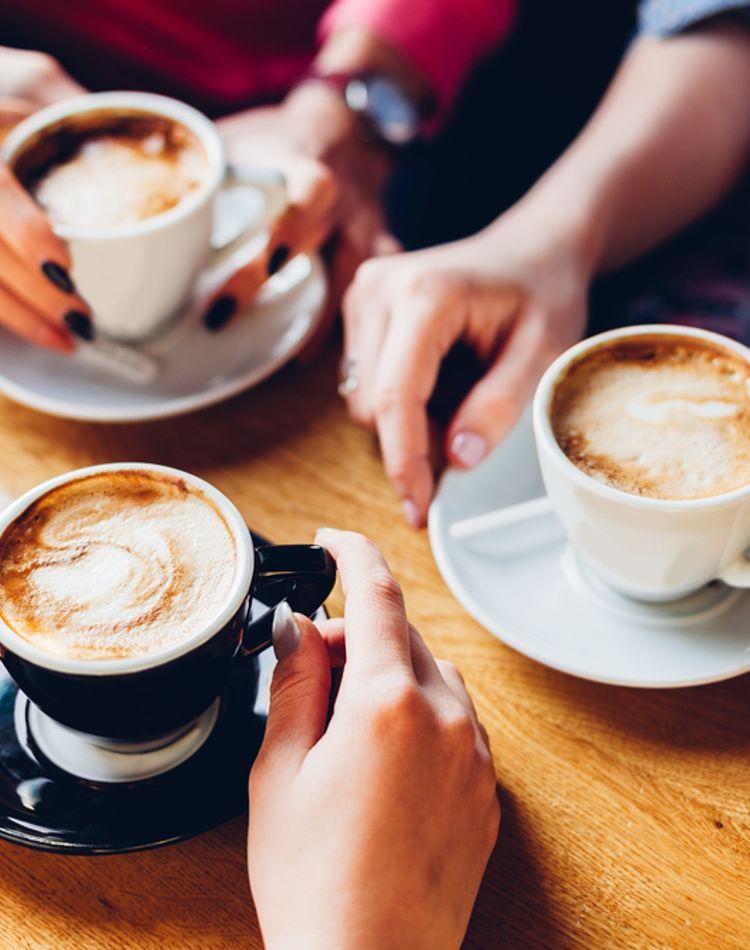 コーヒーのテーブルマナーは?コーヒーの出し方の手順もご紹介