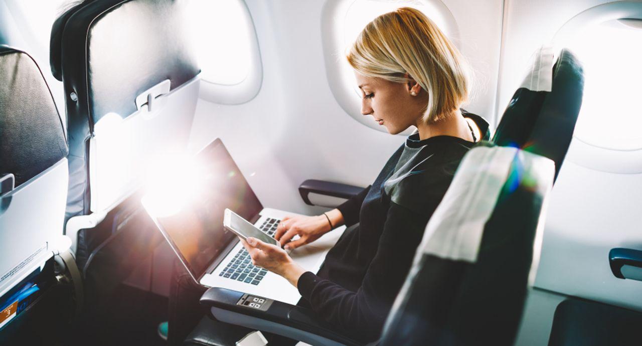 飛行機内での暇つぶし方法7選。快適なフライトを楽しむために!