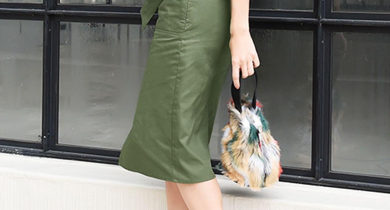 膝丈スカート×スニーカーコーデ。季節&年代別の着こなしをご紹介