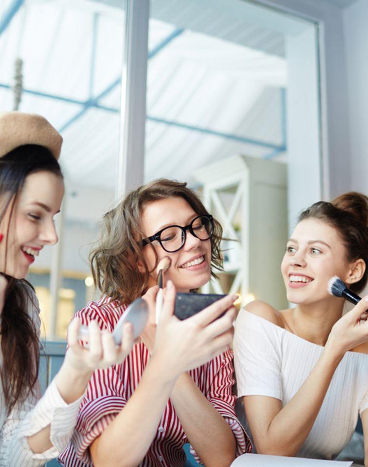 夏の化粧直しのやり方は?汗だくの時の対処法や時短テクをご紹介