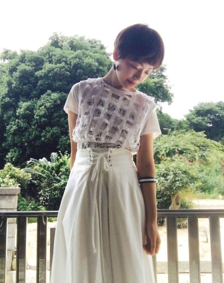 白のロングスカートで清楚なコーデに。大人の着まわし方法をご紹介