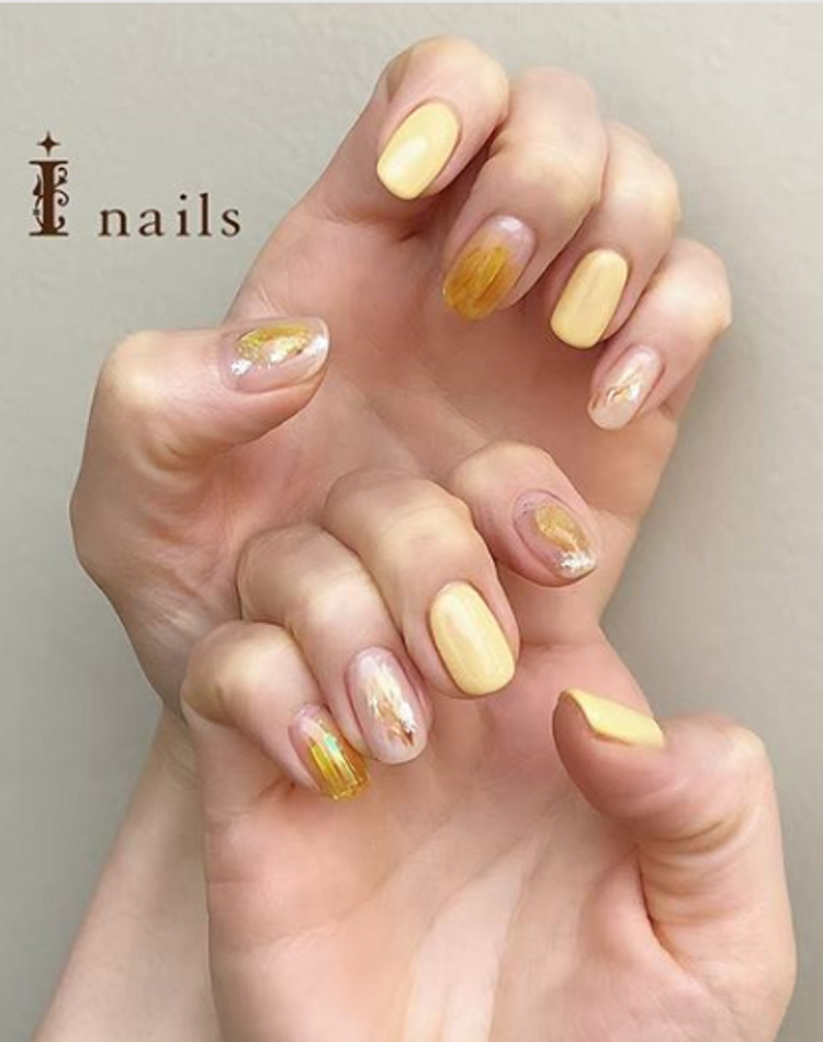 ビタミンカラーの黄色を使ったネイルデザイン。パッと明るい指先へ