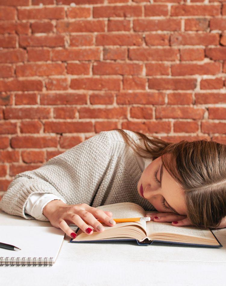 寝ても寝ても眠いのはなぜ?原因や1日を乗り越える対処法