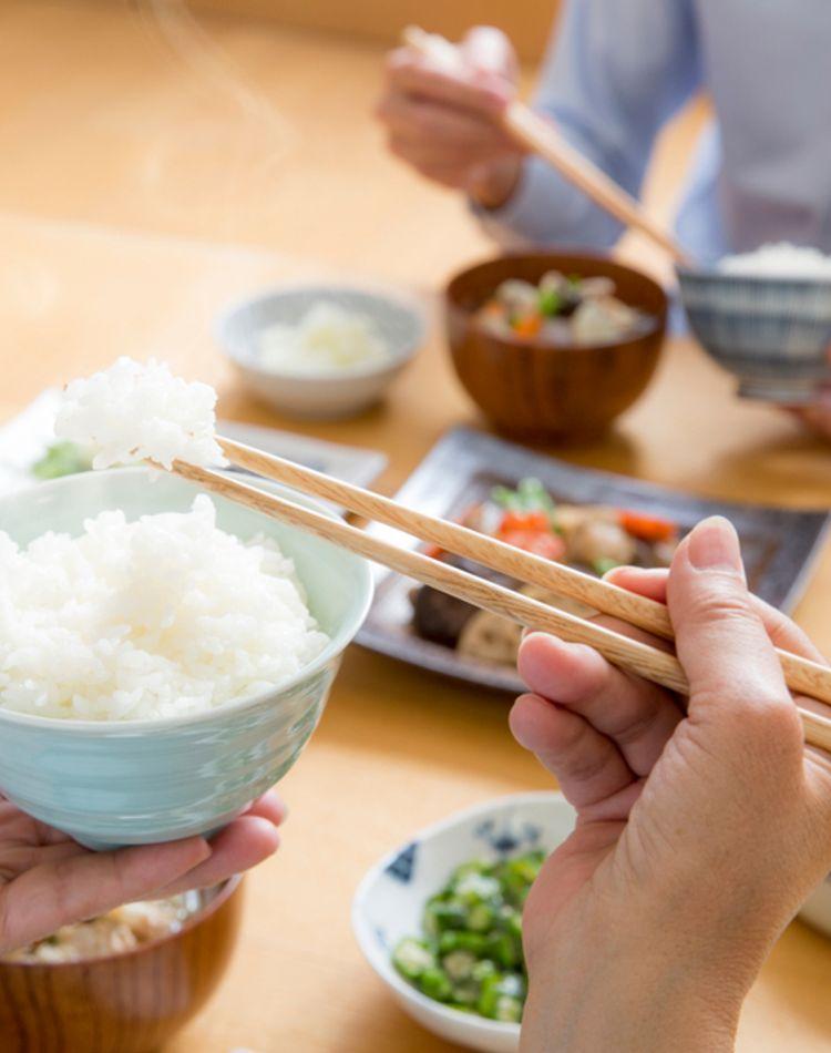 食事のマナーの左手の位置は?料理別の左手の使い方やNGマナーとは