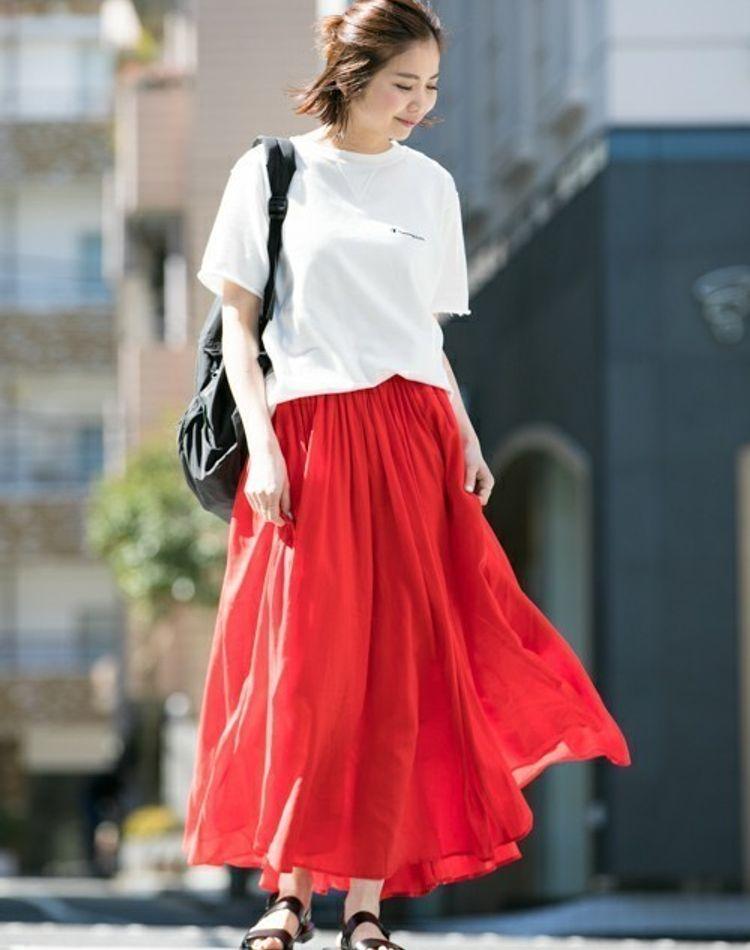 気分を上げたい日に!赤のスカートが主役のコーデ術