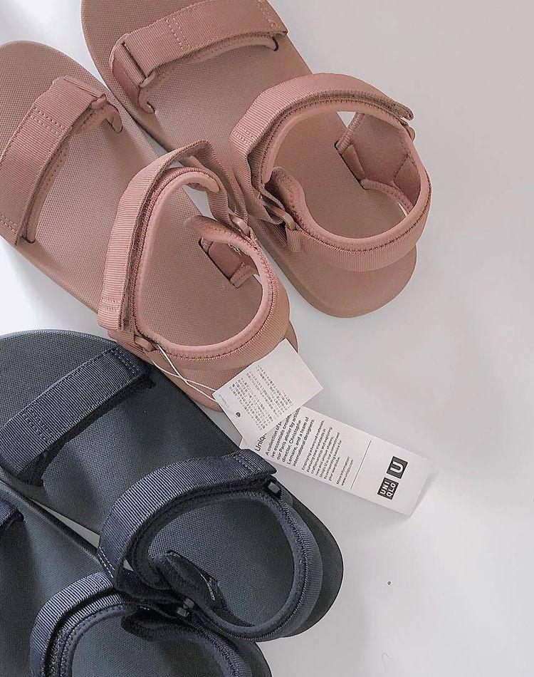 ユニクロのサンダルが大人気!魅力や履きこなし方、コーデをご紹介