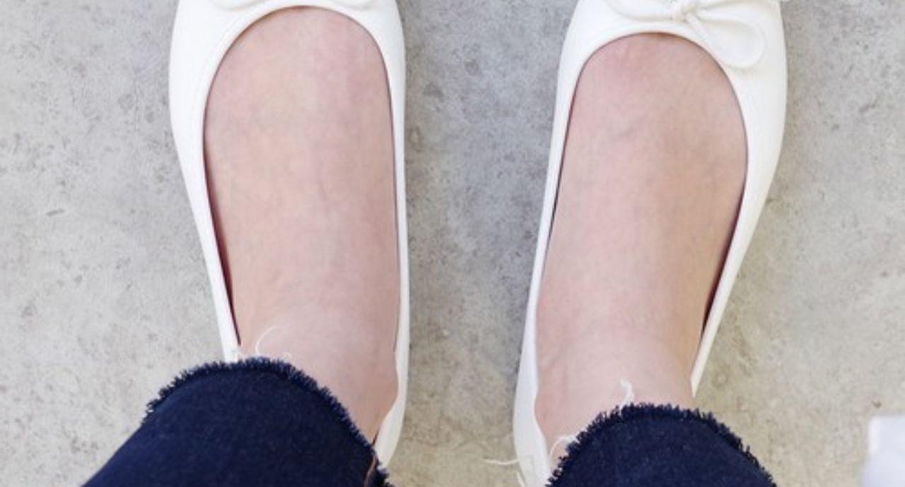 白いバレエシューズで大人可愛いコーデに!垢抜け確定の履きこなし方