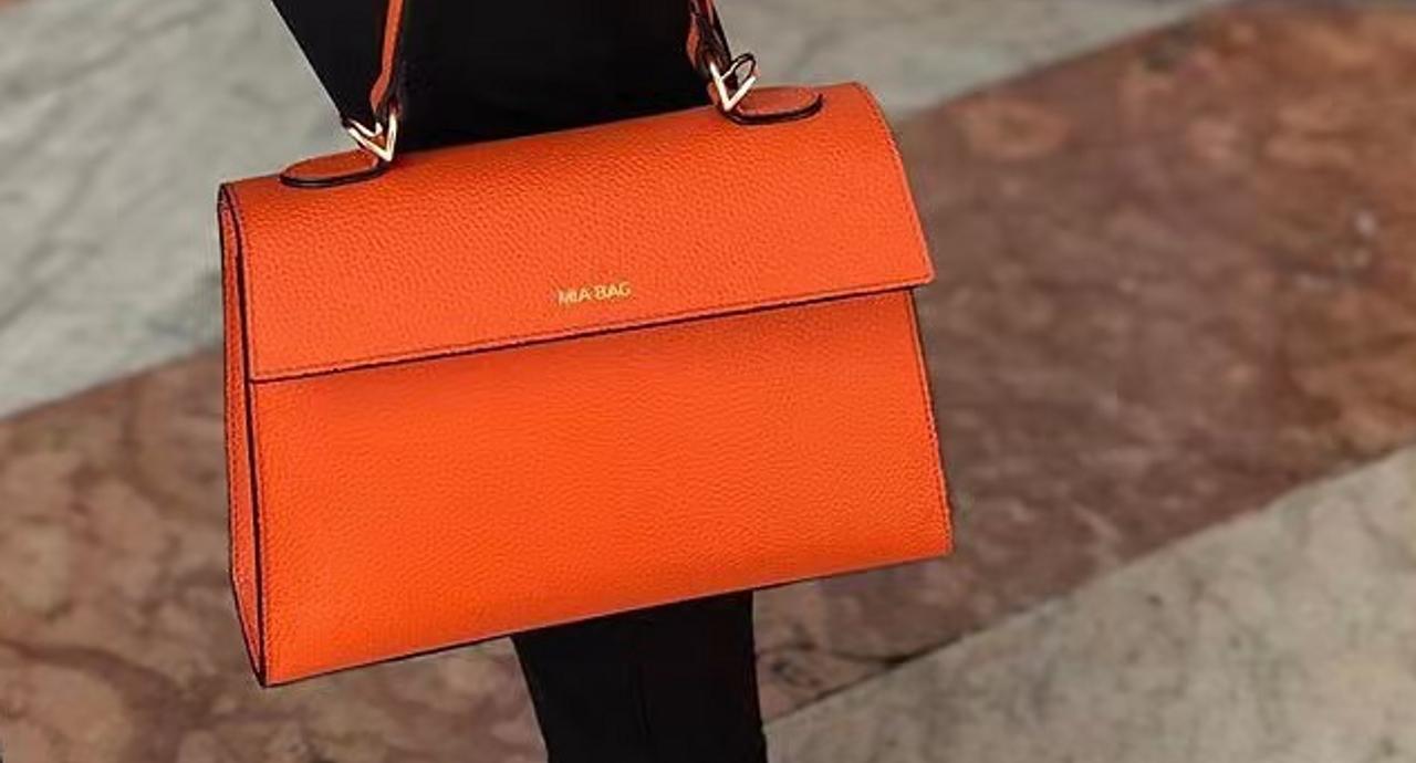 オレンジバッグをコーデの要に!好配色を叶えて効果的なアクセントに