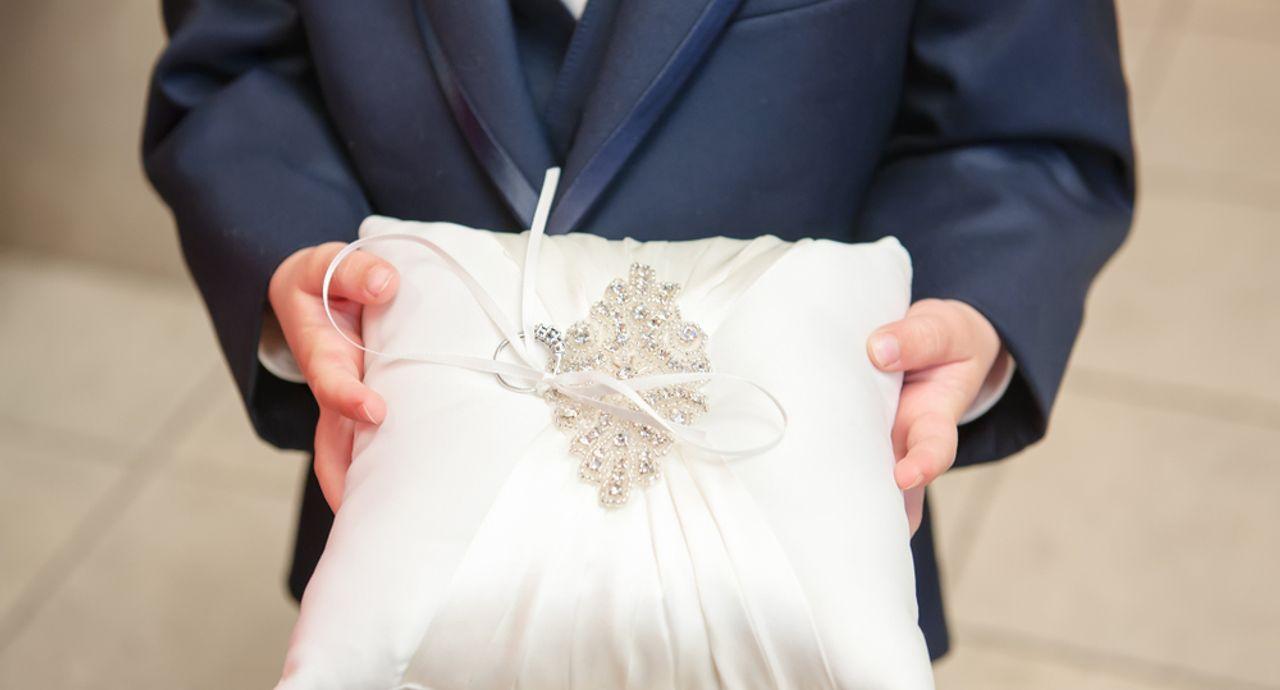 結婚式のリングボーイの役割は?乗り物や演出アイディアもご紹介