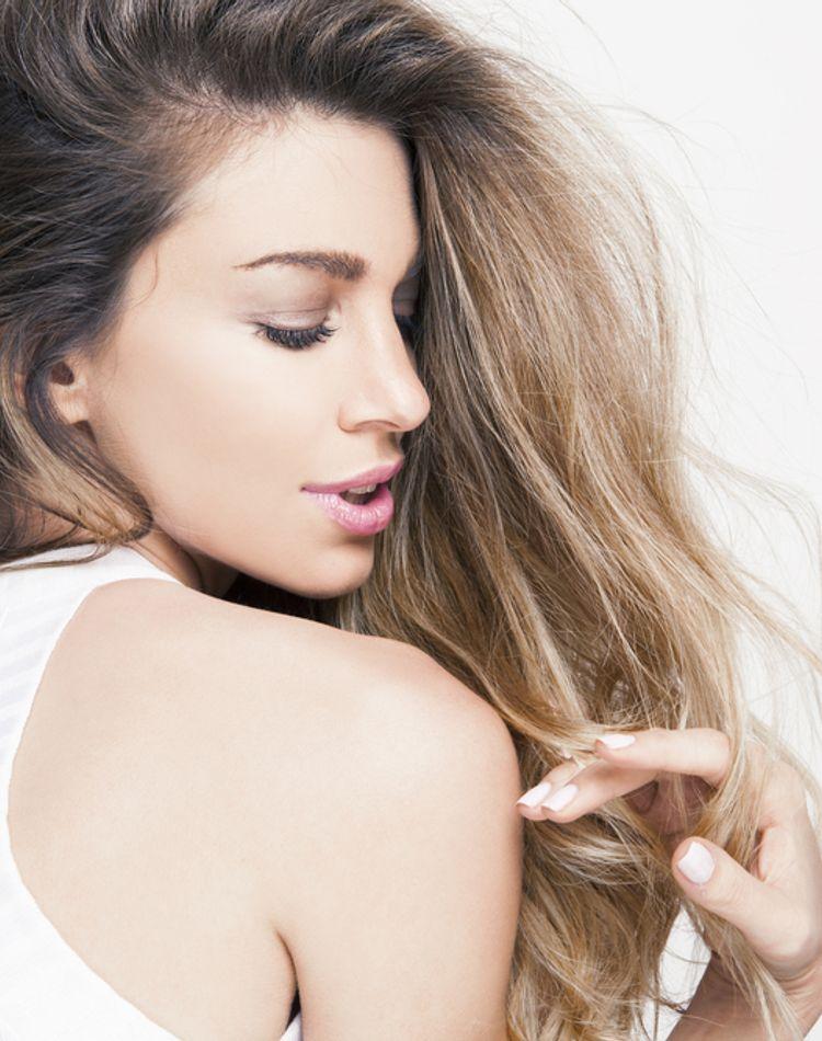 髪の毛が細いのは生まれつきだけではない?原因や髪を太くする方法