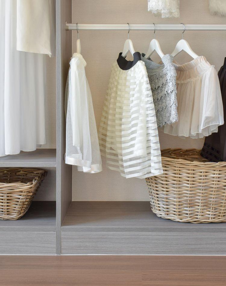洋服の収納テクをご紹介!タンスや押入れがスッキリ片付く方法とは?