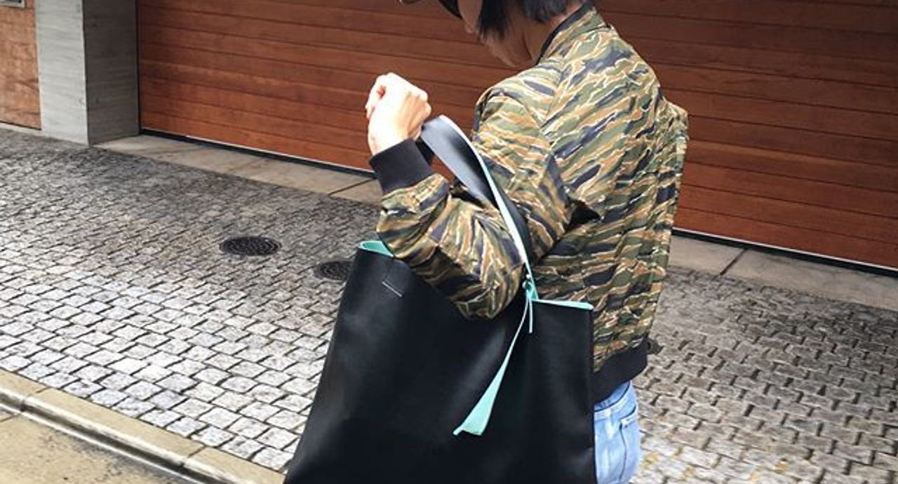 黒バッグを使ったコーデ集。ショルダーやトートなどタイプ別にご紹介