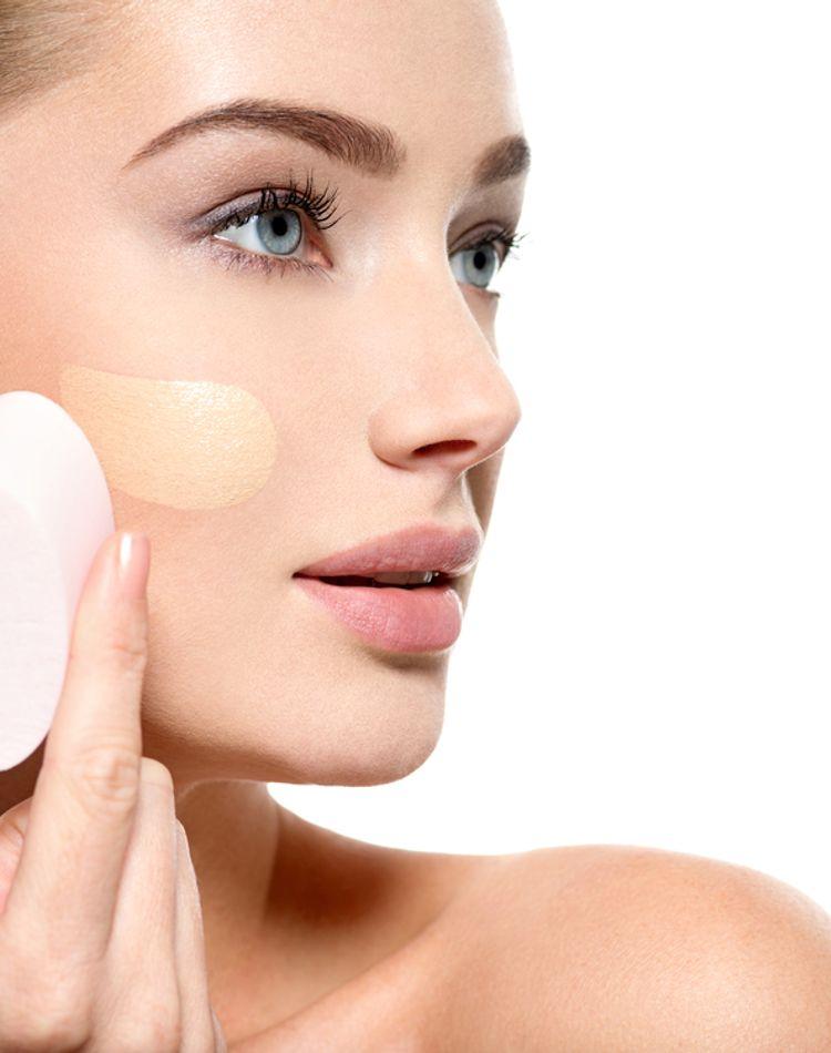 化粧が汗で崩れる!原因や対処法、崩れないアイテムの選び方をご紹介