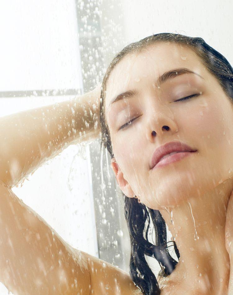 朝は髪を濡らす方がいい?キレイなスタイリングを保つ朝のセット方法