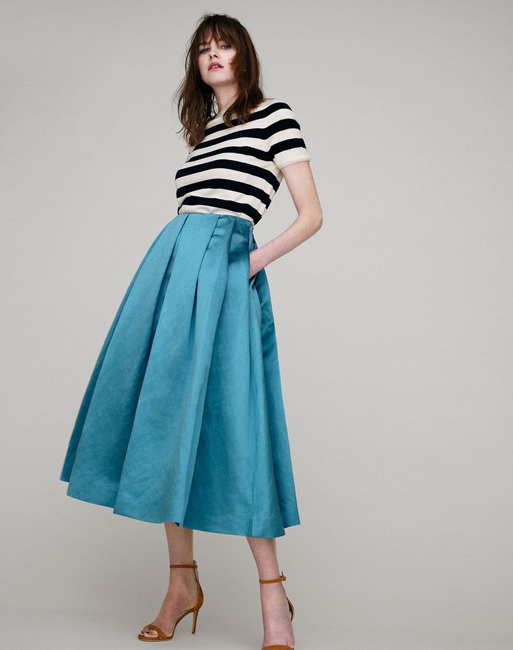 ブルーのスカートのコーデ術!ミニ、フレア、ロング丈の場合は?