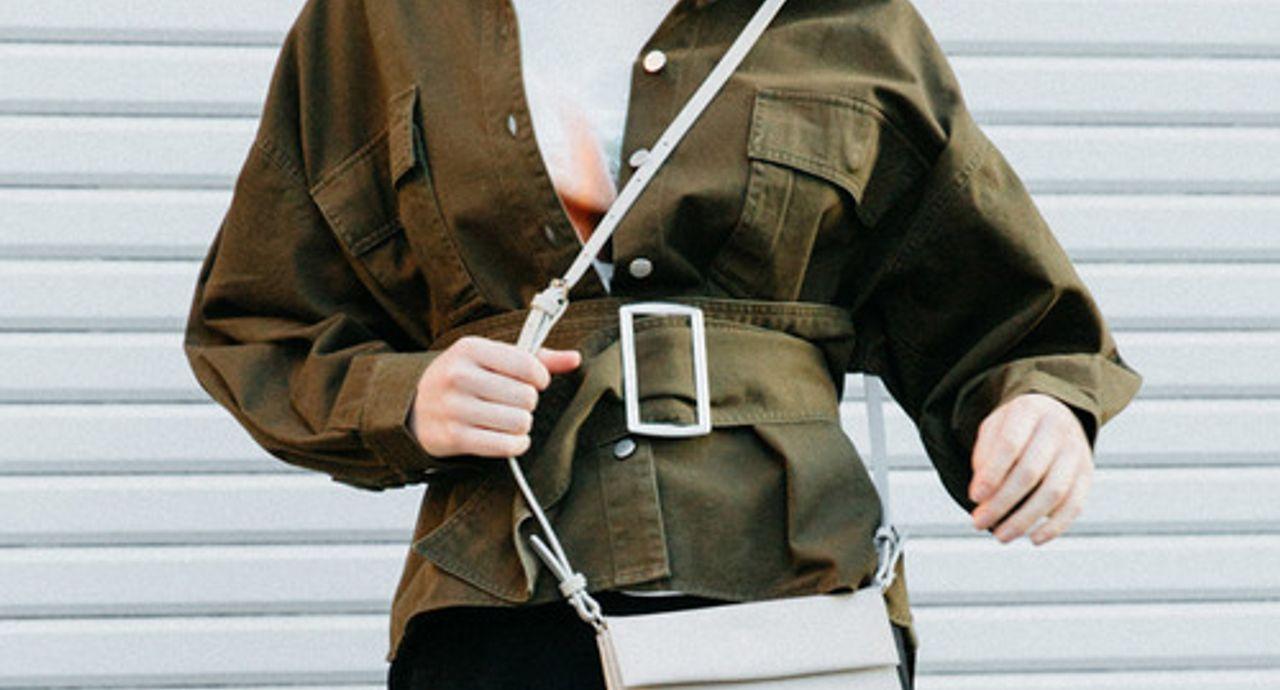 ウォレットバッグでコーデを軽やかに!特徴や使い方、季節別コーデ