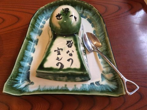 手作りのお皿と、ご飯の型取りに使う古墳の型