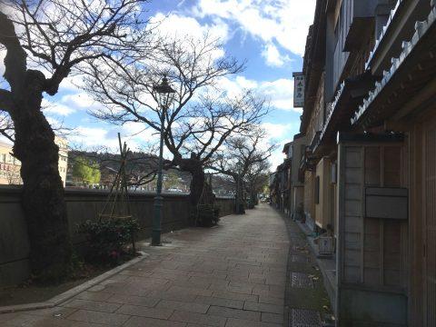 一直線に立ち並ぶ古き良き茶屋建築 金澤を感じる「主計町茶屋街」