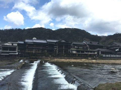 鳥取県三朝温泉の歴史ある旅館 木の温もりを感じる「旅館大橋」