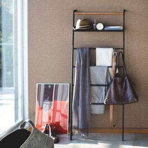S字フックを使用すればベルトやバッグなどの小物収納に便利です