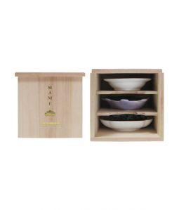 豆皿3枚に専用桐箱がセットになった商品です。