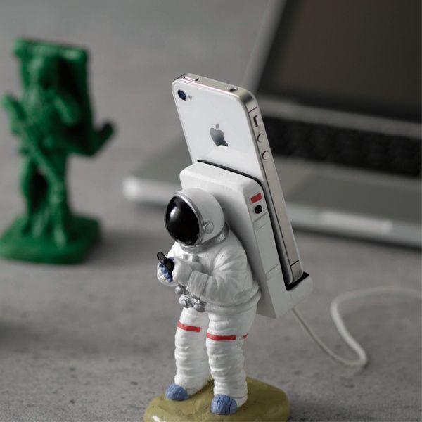 宇宙飛行士をモチーフにしたユニークなスマートフォンスタンドです。