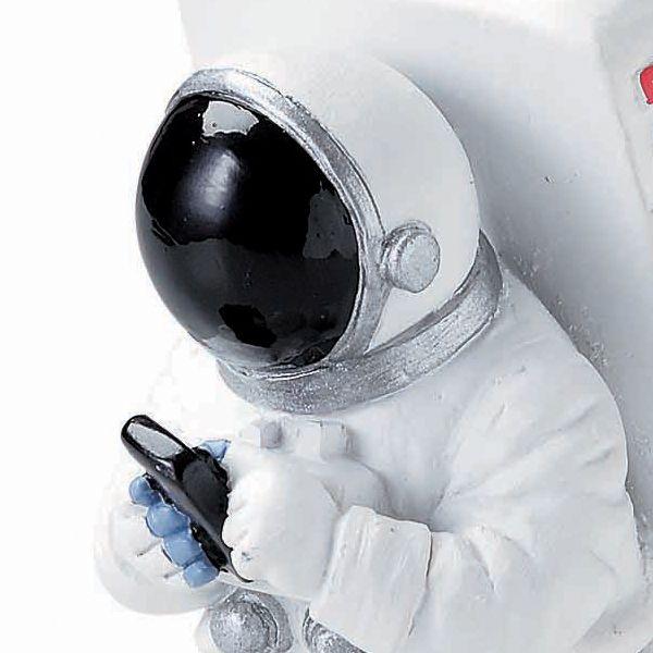 宇宙飛行士はスマートフォンを操作している、ユニークなデザインです。